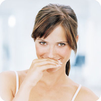 Hơi thở có mùi là tình trạng khá nhiều người gặp phải. (ảnh minh họa)