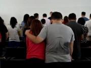 Tin tức - Gia đình hành khách QZ8501 tan nát cõi lòng chờ nhận dạng người thân