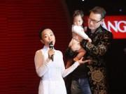 """Làng sao - Chồng Tây bế con lên sân khấu """"tỏ tình"""" cùng Đoan Trang"""