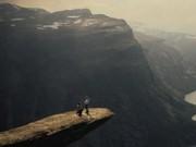 Tình yêu - Giới tính - Cầu hôn trên mỏm đá gần 700m vì bạn gái thách thức