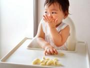 Làm mẹ - Lỗi phản tác dụng khi mẹ cho bé ăn chuối sai cách