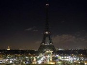 Tháp Eiffel tắt đèn tưởng niệm nạn nhân vụ xả súng ở Paris