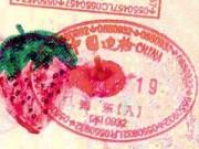 Dạy con - Bố dạy con gái vẽ bậy lên hộ chiếu để trốn tội