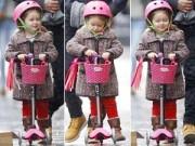 Hậu trường - Bé Harper đáng yêu đi xe scooter cùng bố Beck