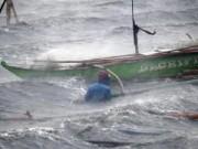 Tin trong nước - 72 giờ vật lộn giành sự sống giữa biển lạnh và cá mập