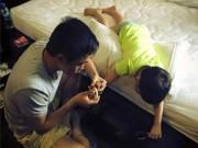Hậu trường - Cường Đôla tình cảm cắt móng tay cho Subeo