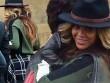 Beyoncé giấu bụng khi đi ăn cùng chồng con
