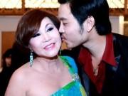 Làng sao - Vũ Hoàng Việt hôn người tình U60 đắm đuối giữa sự kiện
