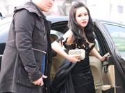 Hậu trường - Trương Phương mặc váy xuyên thấu đi siêu xe dự họp báo