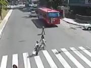 Clip Eva - Qua đường vô ý thức, xe đạp bị đâm văng chục mét