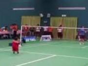 Clip Eva - Em bé 2 tuổi chơi cầu lông giỏi bất ngờ