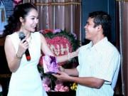 Làng sao - Dương Cẩm Lynh được nhiều fan tặng quà