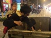 Tin tức - Bé 3 tuổi trên lưng cha đi bới rác trong giá rét