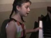 """Clip Eva - Cô bé người Mỹ gốc Việt hát """"Lòng mẹ"""" đầy cảm động"""