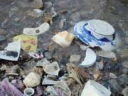 Tin tức - Dọc chân cầu Long Biên ngập ngụa rác thải