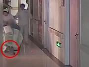 Làm mẹ - TQ: Bé mới sinh bị y tá làm rơi, kéo lê 10m mà không biết