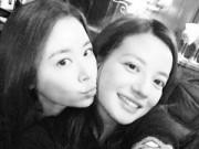 """Làng sao - Lâm Tâm Như và Triệu Vy bất ngờ """"khóa môi"""""""