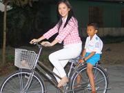 Hậu trường - Lý Nhã Kỳ chân trần đạp xe làm từ thiện