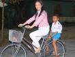 Làng sao - Lý Nhã Kỳ chân trần đạp xe làm từ thiện