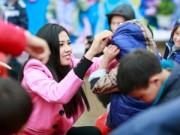 HH Nguyễn Thị Loan được em bé vùng cao vây kín