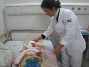 Tin tức - Bé 2 tuổi suýt chết vì đắp lá chữa bỏng