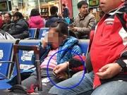 Làm mẹ - Cha còng tay con vì sợ lạc ở ga tàu về quê ăn Tết
