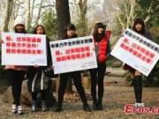 Eva Yêu - Gái ế TQ biểu tình vì cha mẹ ép chuyện chồng con