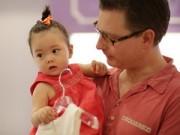 Làm mẹ - Chồng Đoan Trang khéo léo chăm sóc con gái