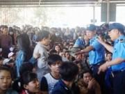 Tin tức - Chen lấn, ngất xỉu mua vé xe Tết: Đã có giải pháp?