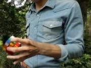 Clip Eva - Chàng trai chơi rubik một tay trong 15 giây