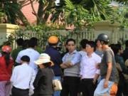 Tin tức - Người Đà Nẵng tới trước nhà ông Nguyễn Bá Thanh chia buồn