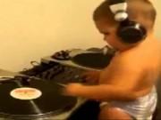 Clip Eva - Bé tập chơi DJ cực nhộn