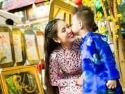 Làng sao - Con trai Lê Phương hôn mẹ giữa phố Xuân