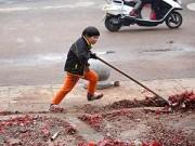 Làm mẹ - Cảm động với cậu bé quét rác ngoài đường giúp mẹ ngày Tết