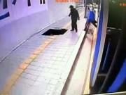 Clip Eva - Hố tử thần nuốt chửng người đi bộ ở Seoul, Hàn Quốc