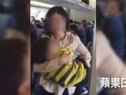 Dạy con - Cho con ngồi lên đùi mẹ, bị đuổi khỏi máy bay