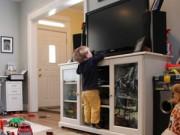 Nhà đẹp - Giật mình trẻ nguy hiểm tính mạng vì TV rơi vào người