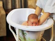 """Làm mẹ - 6 trường hợp tắm cho con quá bằng """"hại"""" con"""