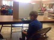 Làm mẹ - Phẫn nộ ảnh bé lớp 1 bị bắt ăn trưa một mình sau tấm bìa