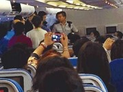 Dạy con - Bị đuổi khỏi máy bay vì thay bỉm cho con không đóng cửa toilet