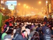 Tin tức - Biển người đội mưa cầu an trước chùa Phúc Khánh