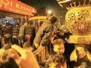 Tin tức - Chen lấn, xô đẩy để giành 'lộc' đêm khai ấn đền Trần