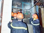 """Tin tức - TP.HCM: Cháy nhà, 4 người """"phi thân"""" từ tầng 2 xuống đất"""