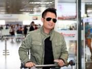 Hậu trường - Bằng Kiều xuất hiện lãng tử tại sân bay Nội Bài