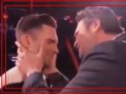 Clip Eva - The Voice Mỹ: Những pha ôm, hôn khiến khán giả đỏ mặt