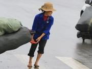 Tin tức - 'Thân cò' mưu sinh trong mưa lạnh giữa Thủ đô