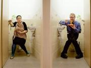 Làm mẹ - Bức ảnh phản đối cho con bú trong nhà vệ sinh gây xôn xao