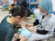 Nhiều cha mẹ cho con tiêm Quinvaxem tại điểm tiêm dịch vụ