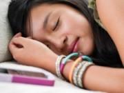 Sức khỏe - Cảnh báo nguy hại khi để điện thoại dưới gối khi ngủ