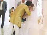 """Làng sao - Chế Phong """"hôn vội"""" Thanh Thanh Hiền hậu trường tiệc cưới"""